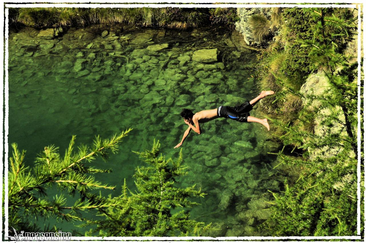 Le grand saut dans le Lac Bleu