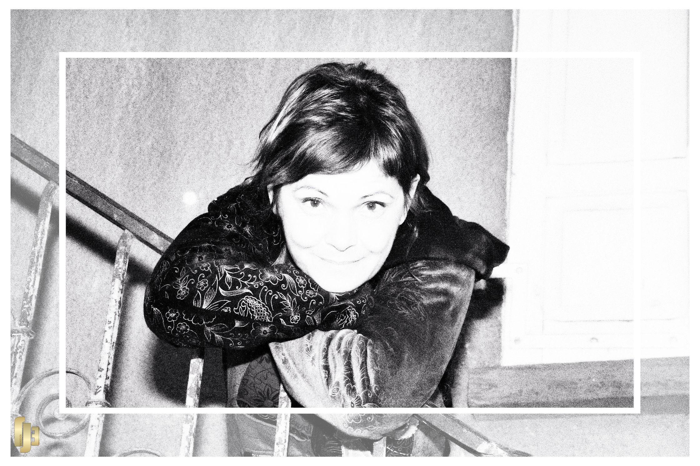Une gaminette dans l'escalier
