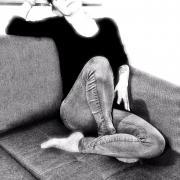 La dame sur le canapé