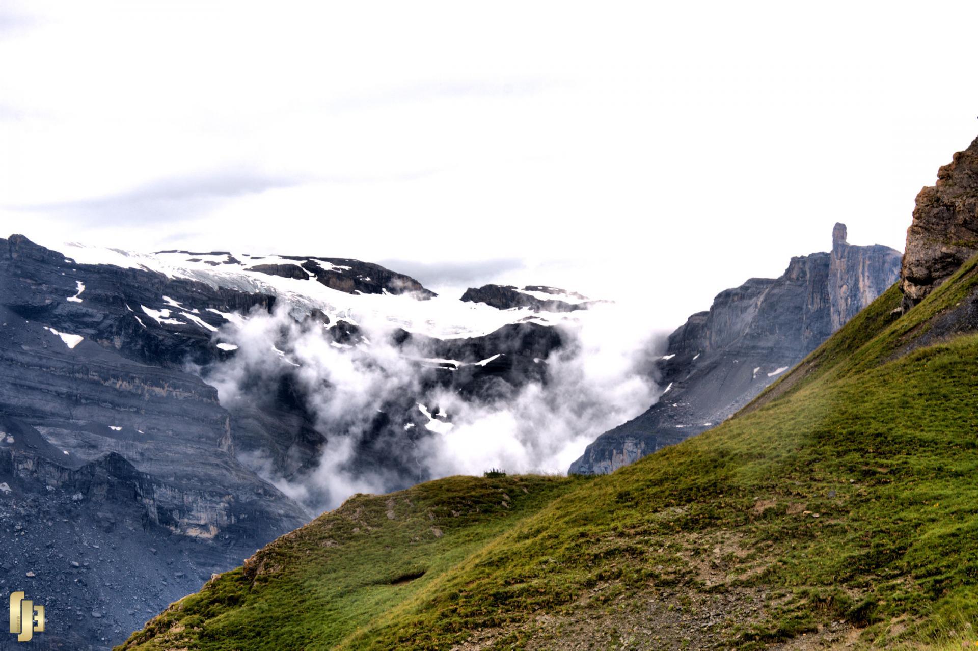 Avalanche de brume sur le glacier des Diablerets